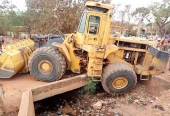 Ouaga : Un caterpillar écrase une jeune femme, la population décrète une chasse aux policiers municipaux