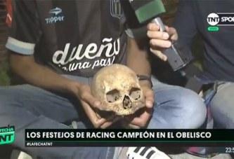 Crâne humain dans les mains, ce fan argentin va vous mettre mal à l'aise