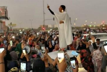 Une femme vêtue de blanc, symbole de la révolte soudanaise