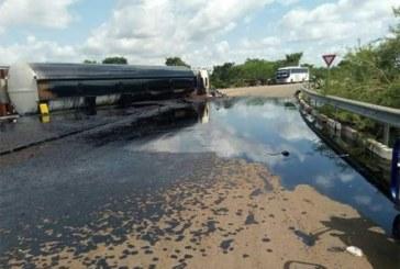 Carrefour Ouagadougou-Bobo Dioulasso – Koudougou : Chute d'un camion citerne, les population se ruent pour recueillir le carburant