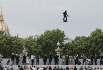 Fête du 14-Juillet en France: Tel un extra terrestre, il fait sensation en volant dans l'espace ( vidéo)