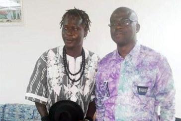 Le Ministre Abdoul Karim Sango félicite Floby pour sa participation aux obsèques de DJ Arafat