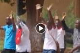 Bassolma Bazie etautres avancent mains en l'air. Aussitôt, la police charge et tire (Vidéo)