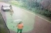 Un homme nu sort de sa voiture et pourchasse une femme et la rattrape