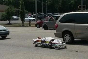 Un cadavre éjecté d'un corbillard se retrouve sur la route