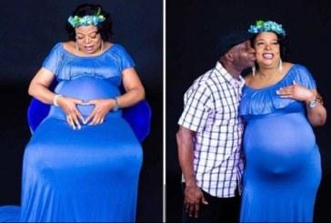 Âgée de 54 ans, elle donne naissance à des jumeaux après des années sans enfant (vidéo)