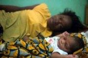 UNE JEUNE ADOLESCENTE CAMEROUNAISE DE 13 ANS ACCOUCHE ALORS QU'ELLE EST ENCORE VIERGE