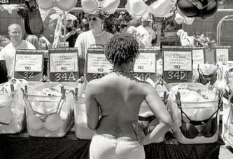 Des femmes photographiées seins nus dans les rues de New York