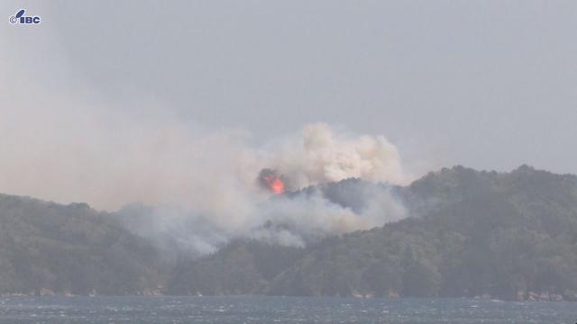 広い範囲で煙が上がっており、激しい炎も