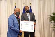 Photo of Haïti-Culture: Le président Jovenel Moïse a decerné un diplôme de l'ordre national à Roger M. Eugène