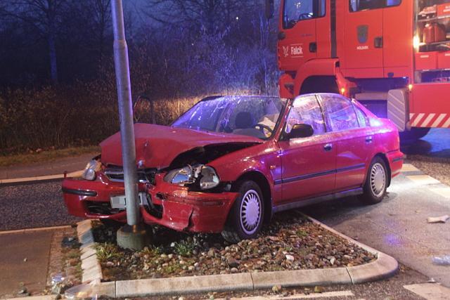 En kvindelig bilist påkørte lørdag aften en lysmast i Holbæk. Foto: Rolf Larsen.