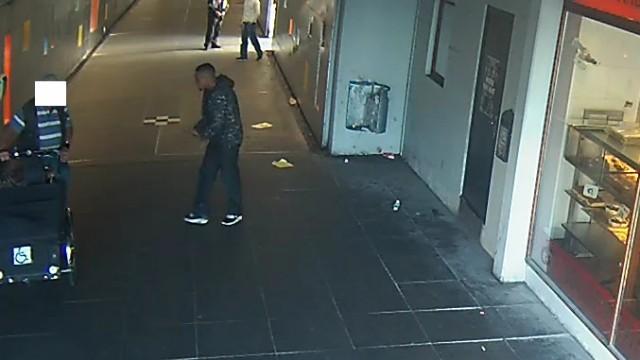 Københavns Vestegns Politi efterlyser denne unge mand for trusler med kniv og dødstrusler.  Foto: Politiet.