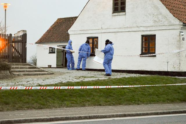 Politiets teknikere på arbejde ved kirkeontoret ved Sneslev kirke onsdag. Foto: © 112news.dk