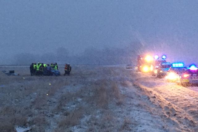 En bil endte på marken og trillede rundt i snevejret søndag eftermiddag. Mobilfoto: Michael Johannessen.