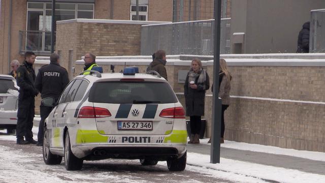 Politi og presse foran Retten i Holbæk i forbindelse med grundlovsforhøret af den 15-årige pige fra Kundby. Foto: Michael Johannessen.