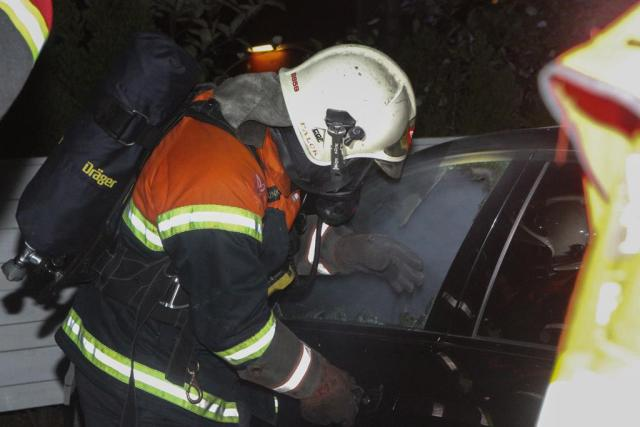 Brandvæsnet i gang med den ene af to biler som i nat blev sat i brand i Holbæk. Foto: Morten Sundgaard - Skadestedsfotograf.dk