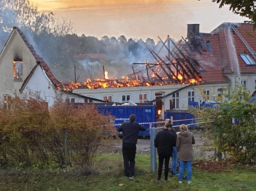 Lørdag morgen udbrød der brand på den gl. skole i Allerslev. Foto: Alex Christensen.