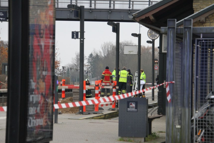 Politi og redningsmandskab arbejder på Tølløse Station. Foto: Morten Sundgaard - Skadestedsfotograf.dk