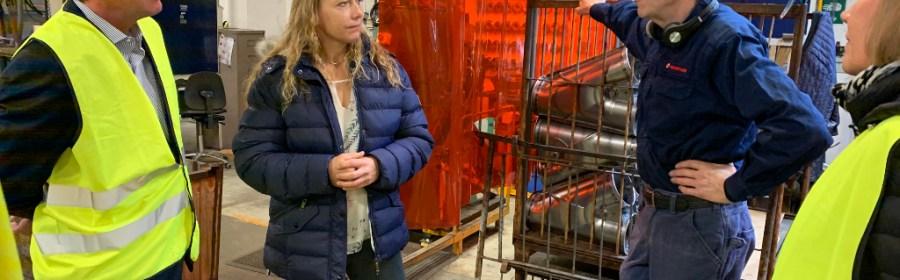 Lars Sandahl Sørensen (tv) på besøg hos Kongskilde Industries i Sorø. Foto: DI.