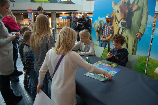 Der blev skrevet autografer, da børnene fra den nye Far til Fire film mødte deres fans i City 2. Foto: Carsten Hald/24Nyheder.dk