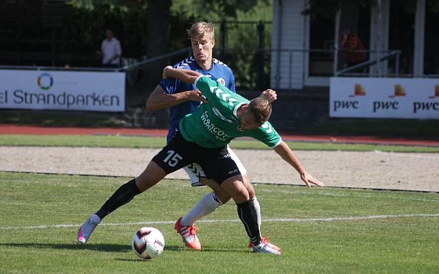 Holbæk B&I (blå trøjer) vandt søndag over AB (grønne trøjer) på Holbæk Stadion. Foto: 365Sport.dk.