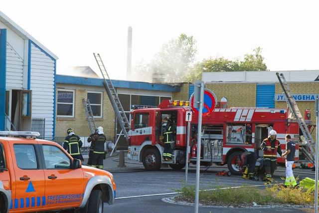 Brandvæsner fra flere nabokommuner samt Beredskabsstyrelsen assisterer ved branden i Jyllinge Hallenden.
