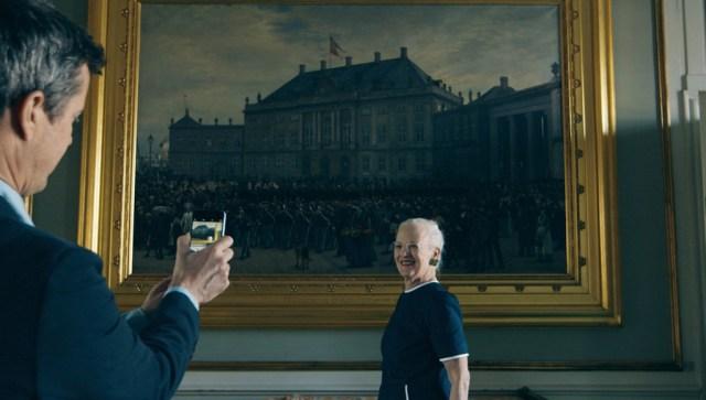 H.K.H. Kronprinsen tager et foto af H.M. Dronningen til Facebook og Instagram.  Foto: Kongehuset.