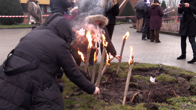 Der blev tændt fakler ved lørdagens mindehøjtidlighed ved Høje-Taastrup Rådhus for de dræbte i sidste weekends terrorangreb i København. Foto: Michael Johannessen.