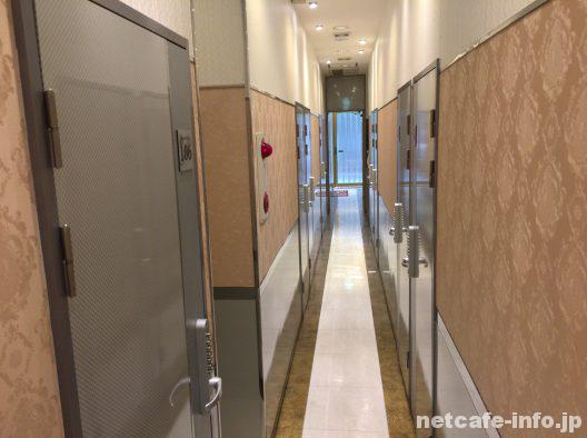 ネットルームマンボー新宿2丁目店通路