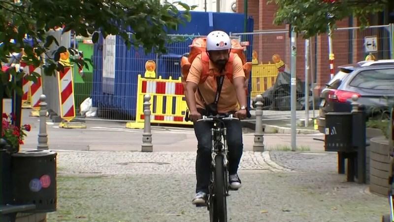 Un ancien ministre afghan aujourd'hui livreur à vélo en Allemagne (Vidéo)
