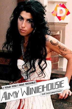 Amy Winehouse - I Told You I Was Trouble. Amy Winehouse con traje blanco apoyada sobre un muro