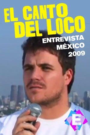 El Canto del Loco - Entrevista México. Dani Martin con camiseta blanca microfono y fondo azul cielo