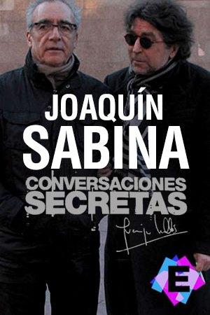 Joaquín Sabina y Juan José Millás de pie y abrazados con abrigos