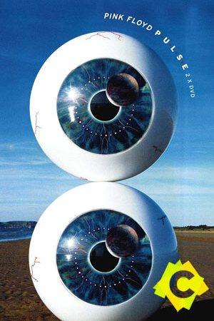 Dos globulos oculares uno sobre otro en una playa