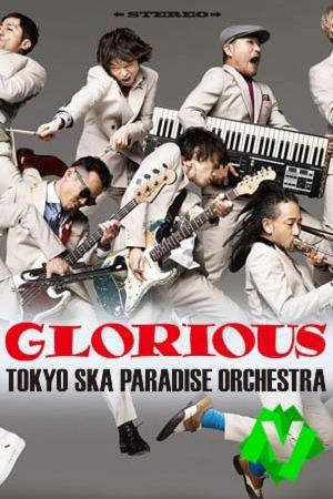 los componentes de Tokyo Ska Paradise Orchestra saltando con los instrumentos correspondientes a cada uno