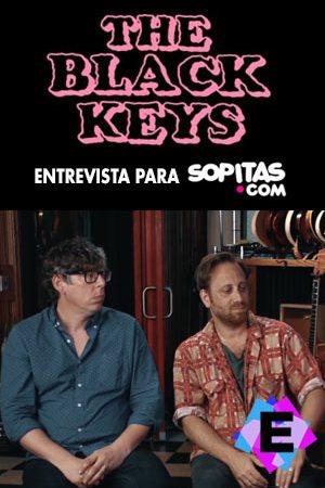 The Black Keys - Entrevista Para Sopita 2019. the black keys con camisa a cuadros sentados.