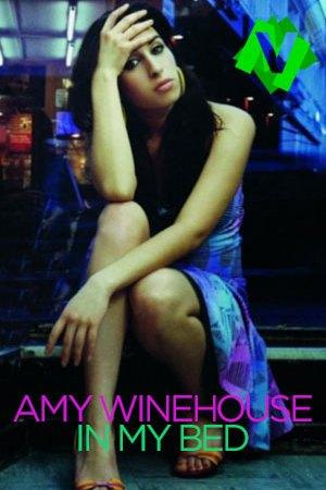 Amy winehouse sentada sobre el peldaño de una escalera en la calle