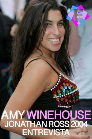La cantante Amy Winehouse sonriente con vestido de noche