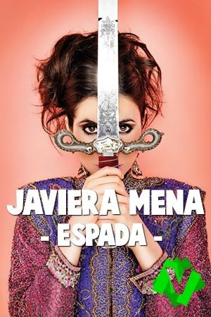 L cantante Javiera Mena sujetando frente a su cara una espada