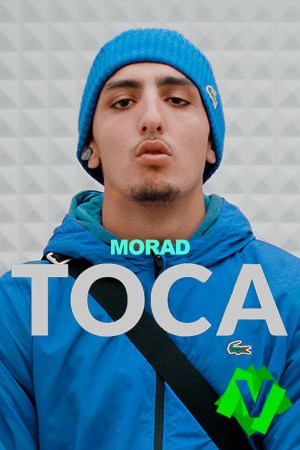 El rapero Morad con sudadera y garro azul de la marca lacoste
