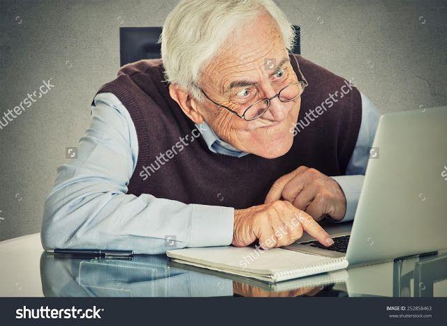 anciano con laptop