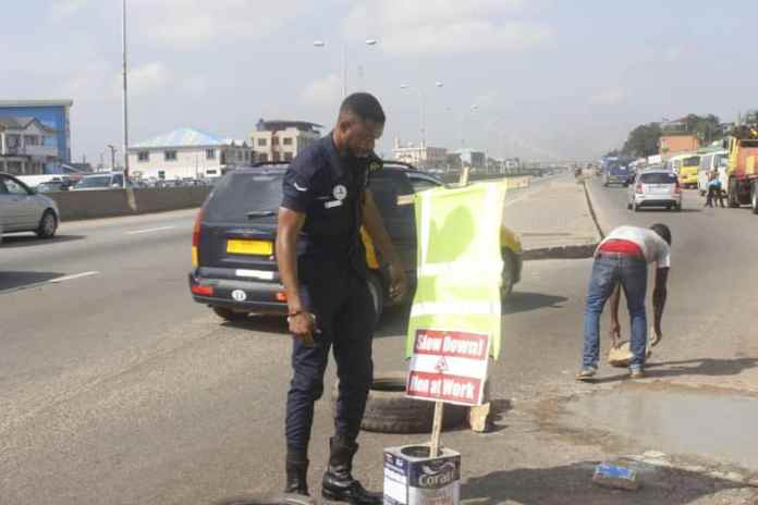 Simon Agbeko: Police officer who repaired damaged traffic light fills deadly potholes in Accra