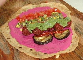 טחינה עם קצת סלק אפוי כדורים סגולים ירקות קלויים גוקמולי אבוקדו ועגבניות לאיזון