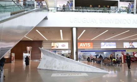 Aeropuerto de Carrasco celebró transformando un avión de los deseos en árbol de Navidad