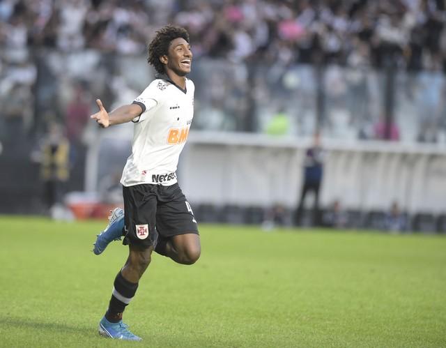 Talles Magno comemora seu gol sobre o São Paulo