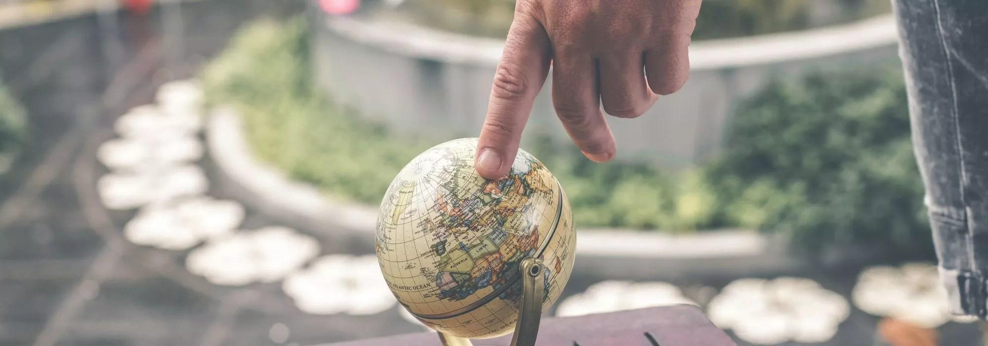 Finger zeigt aus Landkarte