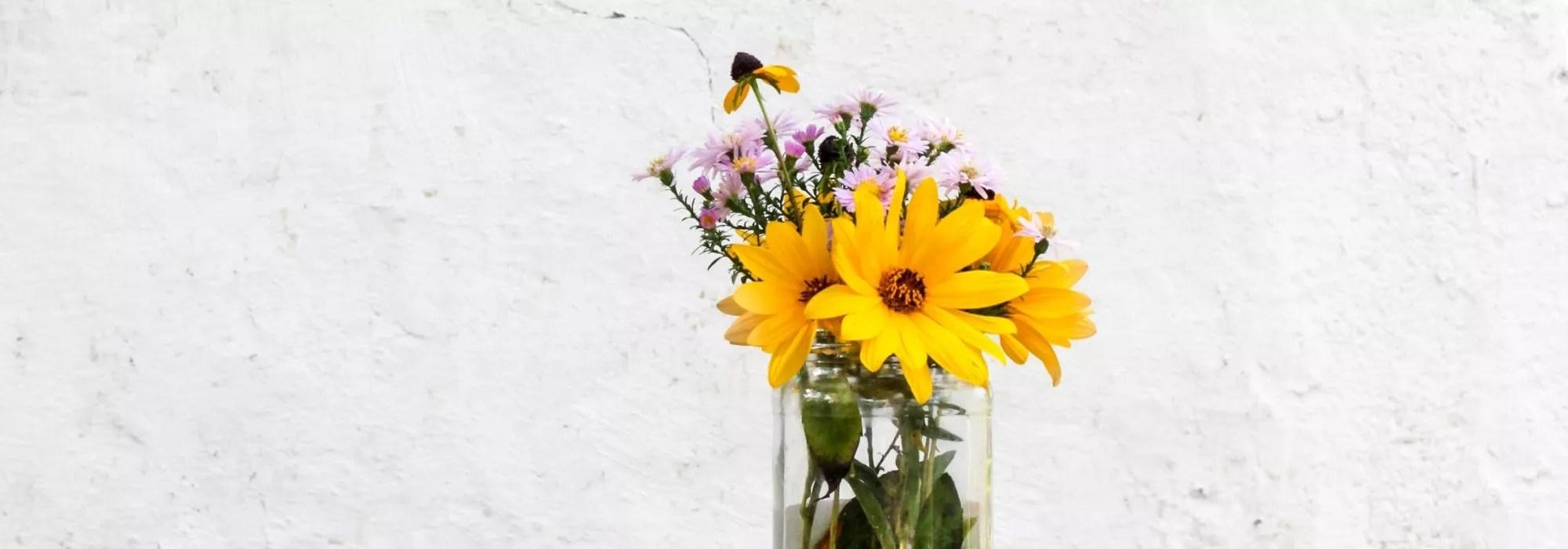 weiße Wand mit Blumen