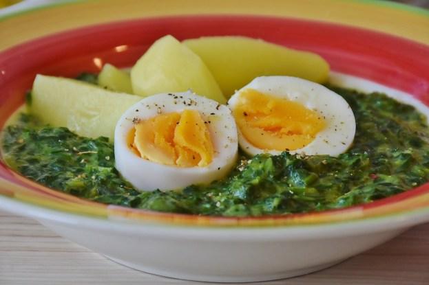 Spinat mit einem hartgekochten Ei und Kartoffeln