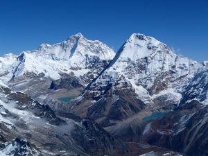 zwei hohe, schneebedeckte Berge vor blauem Himmel