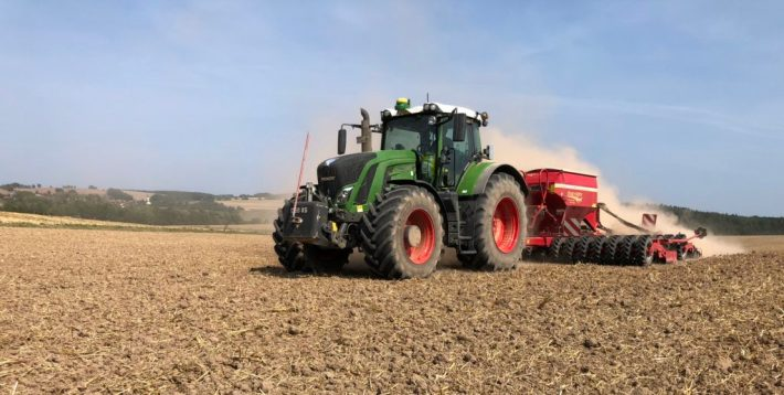 Ein Fendt 936 Vario Traktor bei der Aussaat mit einer Horsch Pronto 6DC